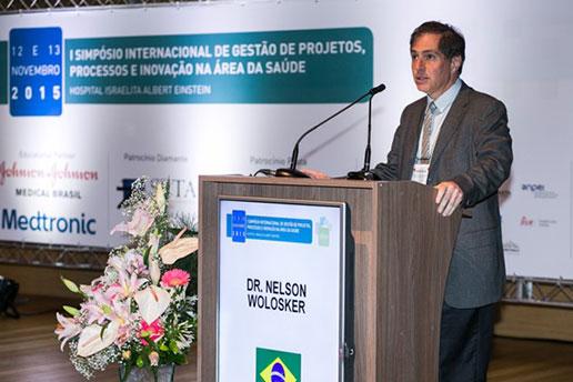 Dr. Nelson Wolosker, Vice presidente de Pesquisa e Inovação do Hospital Israelita Albert Einstein, durante uma palestra.