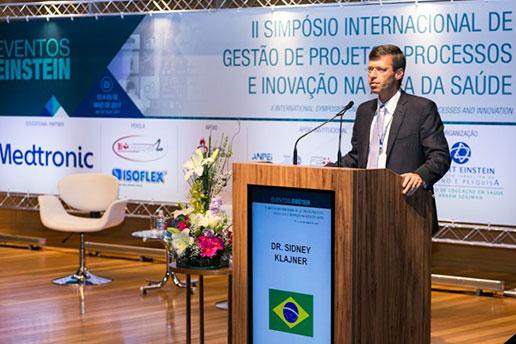 Dr. Sidney Klajner, Presidente da Sociedade Beneficente Israelita Brasileira Albert Einstein, enquanto ministra uma palestra.