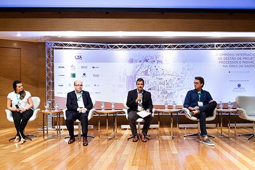 Registro do Simpósio Internacional durante a apresentação de 4 palestrantes.