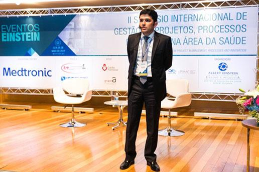 II Simpósio Internacional, registro de um convidado enquanto ministra uma palestra.