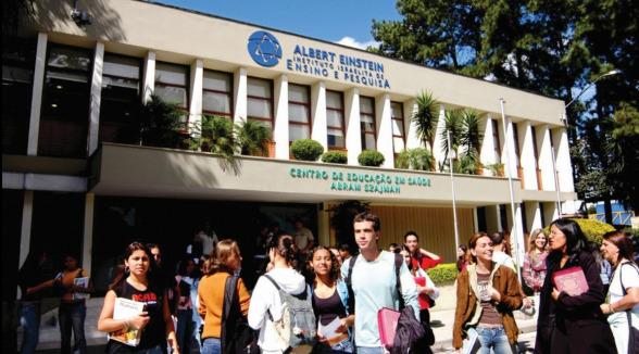 Unidade Morato com alunos na porta de entrada.